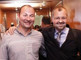 Bohdan Pomahač (vpravo) se svým bratrem, který pracuje jako gynekolog (3.