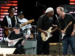 Bluesová elita na Claptonově festivalu Crossroads v roce 2007. Zleva kytaristé...