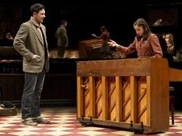 Steve Kazee a Cristin Miliotiová v muzikálu Once