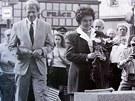Spolu s americkou velvyslankyn� Shirley Temple-Black polo�il v roce 1990 prvn�