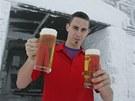 Číšník Tomáš Seidl s pivem z minipivovaru na Luční boudě v Krkonoších.