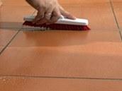 Na zašpiněné spáry si pořiďte speciální hrubý kartáč s pevnými a nakoso seříznutými štětinami. Pomůže vám efektivně odstranit zašlou špínu, kterou uvolníte stejnou chemií, jaká se používá v koupelně.