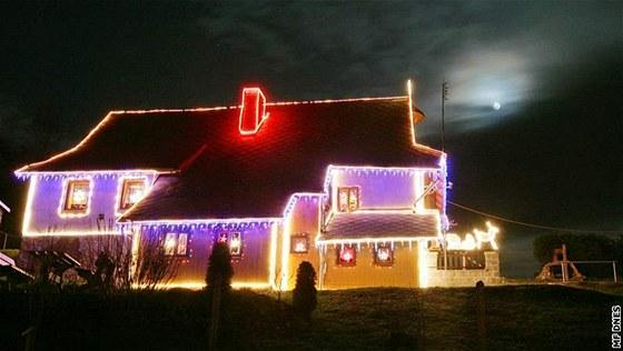 Vánoční výzdoba rodinných domů - Vánočně nazdobené domy v Dolních Libchavách jsou mezi lidmi populární. Jezdí se na ně dívat z širokého okolí.
