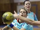 Michaela Hrbková (v modrém) z Poruby bojuje o míč se zlínskou obranou.