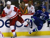 Jakub Kindl (vlevo) z Detroitu a Jannik Hansen z Vancouveru.