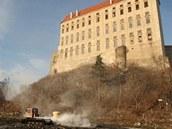 Vypuštěným Podhradským rybníkem u Plumlova na Prostějovsku projíždí od pondělka