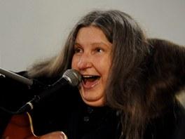 Písničkářka Dáša Vokatá hrála při křtu knihy o Ivanu M. Jirousovi Aby radost