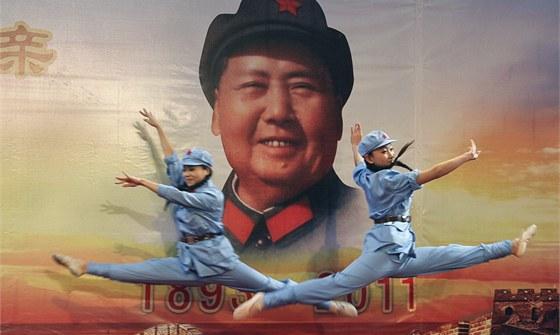 Čínské baletky během představení u příležitosti 118. výročí narození Mao...