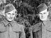 Josef Gabčík (vlevo) a Jan Kubiš v Bellasis ve Skotsku v roce 1941.