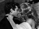 Marcello Mastroianni a Anita Ekbergová ve slavném snímku Federika Felliniho Sladký život.