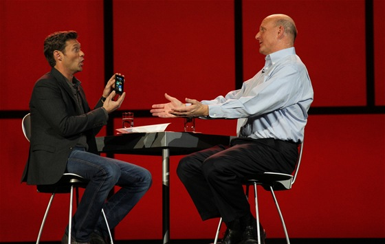 No, nen krsn? Ballmer pedstavuje prvn Windows phone Nokii Lumia 900