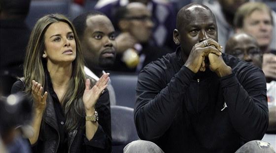 Michael Jordan v roli majitele Charlotte Bobcats a jeho snoubenka Yvette