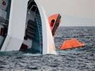 Ztroskotaná loď Costa Concordia u pobřeží italského ostrova Giglio (16. ledna