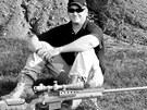 Chris Kyle s puškou Lapua .338. Právě s ní zasáhl cíl na největší vzdálenost, na 1920 metrů. Bylo to u iráckého města Sadr.
