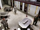 Američtí bachaři v budově věznice Guantánamo. (6. prosince 2006)