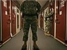 Američtí bachaři kontrolují cely ve věznici Guantánamo. (9. října 2007)