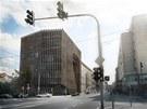 P�vodn� n�vrh nov� budovy v Revolu�n� ulici se jmenoval Novoml�nsk� br�na. Autory n�vrhu byly architekti z kancel��e DaM architekti.