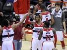 Basketbalisté Washingtonu Wizards se radují z vít�zství, zcela vpravo Jan...