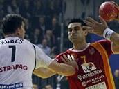 Daniel Kubeš brání makedonského střelce Kirila Lazarova.