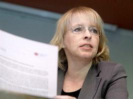 Hana Marvanová hovoří během tiskové konference občanského sdružení Veřejnost