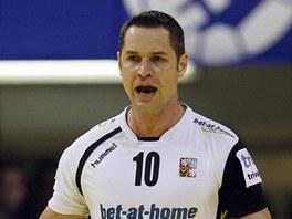 Český házenkář Jan Filip se raduje z gólu v duelu s Makedonií.