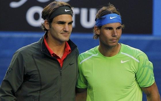 SOUBOJ RIVALŮ. Roger Federer (vlevo) a Rafael Nadal se fotí před semifinálovým