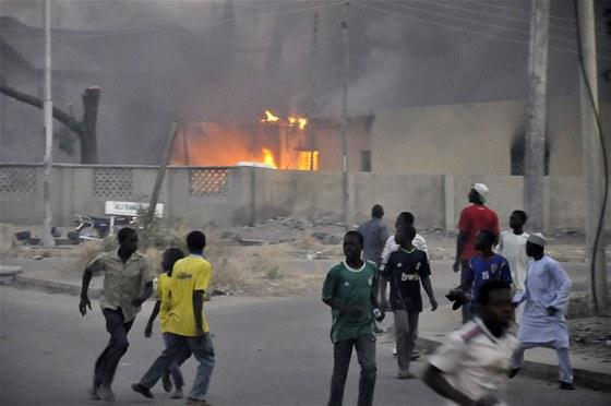 Lidé prchají po jednom z výbuchů v nigerijském městě Kano