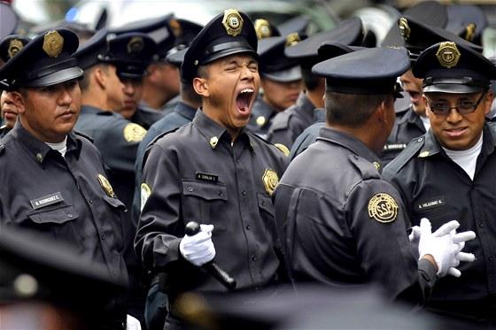 Mexický policista zívá na státem organizované přehlídce, která má prezentovat...