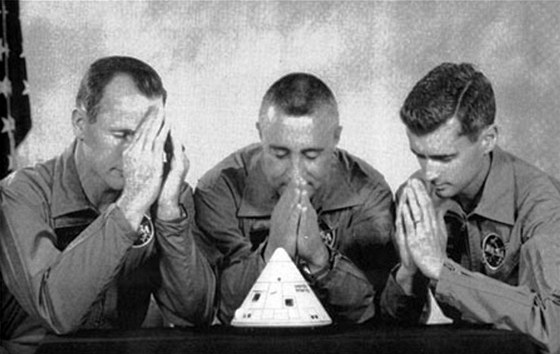 Tuto fotografii věnovali členové posádky Apolla 1 konstruktérovi Josephu