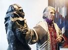 Meda Mládková ukazuje sochu Otto Gutfreunda Úzkost z roku 1912 (25. ledna 2012).