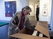 Mecenáška Meda Mládková netrpělivě obchází kolem krabice, ve které cestovaly z
