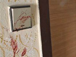 Chodbový vypínač se stopami krve jako svědek hrozného činu psychicky narušené