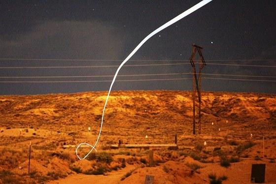 Snímek zachycuje letovou dráhu naváděné munice během noční zkoušky. Na střele...