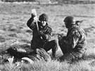 Britští vojáci pomáhají pod nepřátelskou raněným během britsko-argentinské