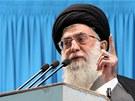 Íránský nejvyšší duchovní vůdce ajatolláh Alí Chameneí během pátečních modliteb