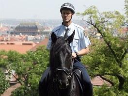 Strážníci městské policie na koních hlídkují na Petříně.
