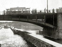 Výletní parník pluje pod Hlávkovým mostem v Praze (snímek z roku 1921)
