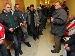 Na dotace na kotle čekaly v Ostravě desítky lidí. (1. února 2012)