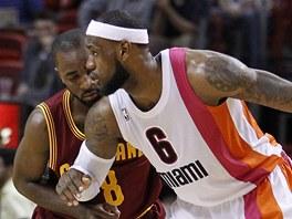 LeBron James z Miami vymýšlí, kudy obejít Christiana Eyengu z Clevelndu.