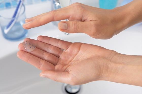 Bez důkladného a zároveň k pleti šetrného mytí obličeje se zkrátka neobejdete. Stačí si vybrat, zda preferujete vodu či řešení bez oplachování a pak se čistící rituály pravidelně držet.