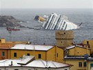 Vrak lodi Costa Concordia u zasněženého italského ostrova Giglio (11. února 2012)