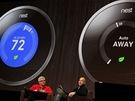 Tony Fadell (vpravo), otec iPodu a také autor prvního termostatu, který se naučí zvyky uživatele a podle toho mu reguluje v domácnosti teplotu.