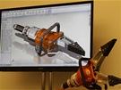 Prostředí programu SolidWorks. Finální 3D návrh výrobku a v popředí skutečný