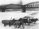 Povozy ledařů na vltavském nábřeží v Praze roku 1929. V pozadí Železniční most z Výtoně na Smíchov a kostel sv. Petra a Pavla na Vyšehradě.