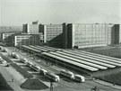 Pohled na areál Oděvního podniku Prostějov v šedesátých letech minulého století, kdy do hal proudily zástupy zaměstnanců. Za minulého režimu zajišťoval podnik osmdesát procent veškeré oděvní výroby v Československu, a byl také významným exportérem.