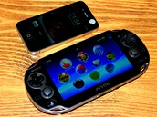PS Vita a telefon iPhone 4 od Apple. Co se velikosti týče, je Vita někde na pomezí telefonu a tabletu.