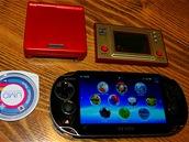 Vlevo nahoře GameBoy Advance SP od Nintenda (2003), vedle Game & Watch digihra (1981). Vlevo dole UMD disk k PlayStation Portable, vedle PS Vita první generace.