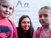 Autorka nového písma Radana Lencová s dětmi z frýdlantské školy