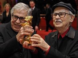 Režiséři Vittorio a Paolo Taviani pózují se soškou Zlatého medvěda za nejlepší...
