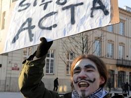 V Polsku se odpůrci smlouvy ACTA sešli před prezidentským palácem ve Varšavě.